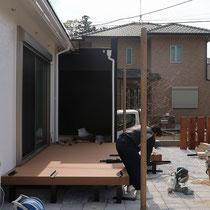デッキ工事中、通常は幕板は一段で完成となります。