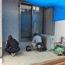 デッキ工事の着工、雨模様が予想されたのでシートで養生をしながら作業します。