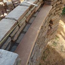 石積の途中をシングルにして、ニッチや表札を入れる空間を作ります。棚板はイタウバを削り出しました。