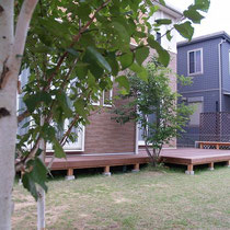 完成~広いお庭におおきなウッドデッキ、シラカバの木を眺めながら涼みたいですね。
