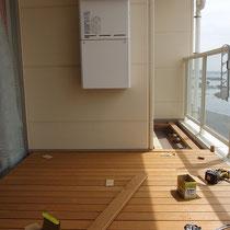 床板はニュージーランドパイン材。腐食に強く滑らかな木肌で選ばれました。
