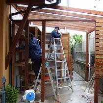 施工中の様子、あらかじめ用意した材料を順番に組み立てていきながら調整をします。