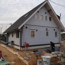 北側の着工中、道路面にすり合わせるため建物際に土留めをして、多くの土を掘削します。