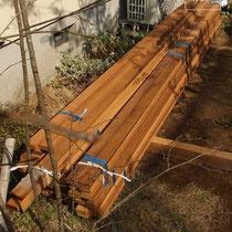 ハーフビルドとは、難しいところをプロが施工、残りはお客様によるDIYというサービス。フェンス材は工事しやすいよう下穴加工も施します。