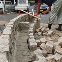 既存の石積上に、花壇を作るよう囲いの石を積上げました。