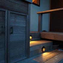 デッキにはいくつかの照明を設置。ぼんやりと照らすライトは夜の帰宅を迎えてくれます。
