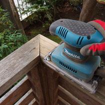 笠木のサンダー研磨作業。雨水をよく受け腐食に繋がりやすい場所。ひび割れを滑らかにして水がたまりにくいようにします。