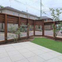 完了後、鋭角の部分には子供用の砂場を(将来は花壇)作成。テラスと人工芝でフラットで使いやすく安全な空間を作ります。