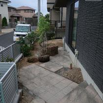 45度に角度をつけて平板を施工。残った土の部分に植物を植えこみます。