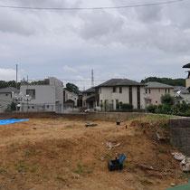 高低差があり傾斜地のお庭、地盤のフラットが出しにくく土の搬出量も多いです。