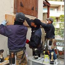 家と固定するため受け材を建物にアンカーで固定します。