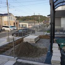 下地を作成してから、コンクリート平板のテラスをモルタルで設置します。