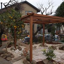 木製パーゴラを中心に四方に導線をつくり、お庭の広がりを楽しめるよう考えました。