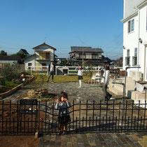 after 小さなお子様が道路に出ないようにと、簡易のアイアンフェンスもつけてお庭の区切りをつけました。