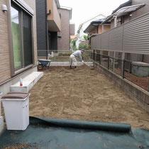 人工芝の下地には不陸調整がしやすい川砂を敷きこみます。