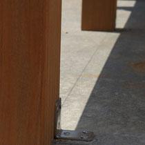 床にコンクリートがある場合は、ガタツキ防止のためにアングルで数か所固定します。