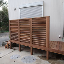 予め制作してきたルーバーフェンスを設置。小さくてもこだわりがいっぱいのウッドデッキです。