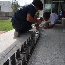 アルミ柱を設置する際に、ベースになる連結部材を組み立てていきます。