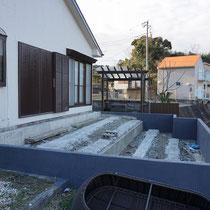 古いデッキが解体され、汚れていたRC擁壁も綺麗に塗装していただきました。