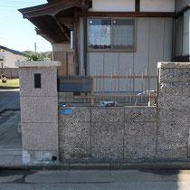 施工前、蓋が壊れたポストや古風な石の表札を撤去します。石の門柱笠木もぐらつき、危険な状態でした。