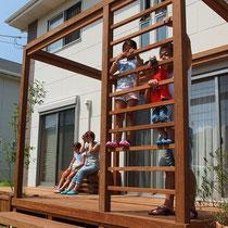 はしご状になった柱は構造を強化する筋交いの代わりです。大人が登っても折れるような事がありません。