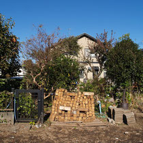 着工前、敷地境界にブロックで囲いをつけて中庭を整備します。