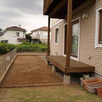 デッキのある南側、レンガの見切りで家庭菜園と芝、砂利式を分けました。