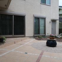 新居側にはタイルの階段を配置し、掃き出し窓から出入りしやすいようにします。