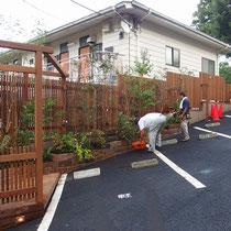 フェンス終了後に、再度植栽の造園工事を実施。秋には美しい紅葉が楽しめる植物を選びました。