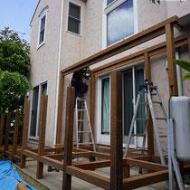 壁面に固定しないパーゴラ桁を柱に刺して、ダブル構造でしっかりと組み立てます。