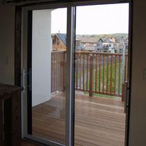 二階リビングからの眺め、掃き出し窓は室内床とウッドデッキがフラットに仕上がるタイプで、段差がなく出入りできるようにしました。