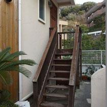 玄関ドアは約1.7mの高さにあります。痛みの出た階段は非常に危険なので、新しく造り替えることになりました。