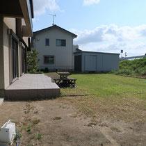 施工前、広大な芝貼りのお庭と大きな花壇がありました。