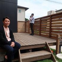 完成撮影、ウッドデッキにフェンスがついて、近隣からの目線をとめる寛ぎの空間が出来ました。