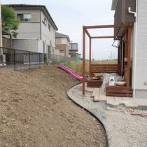 スロープで上がってくる部分は石畳調の平板で歩きやすいようにします。