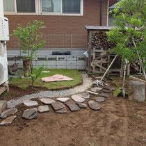 ジャワ鉄平石で二つの芝生を区切りつけます。上段がコウライ芝、これから張る下段がTM9。