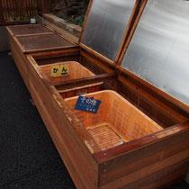 無造作に置かれていたゴミの収集箱、木造で作った収納ボックスにしまって見えないようにします。