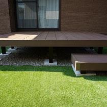 ウッドデッキの下には、雑草対策として雑草防止シートと砂利を敷きこんでいます。