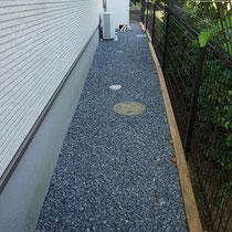 傾斜と緩やかなカーブがある施工がしにくい隣地境界。ハードウッドのサイプレス材で土留めします。