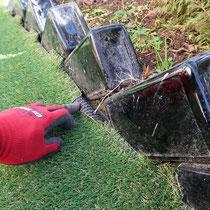 ガラスボトルの縁は、人工芝を潜らせて隙間を極力なくします。