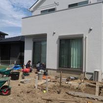 工事着工、まずはデッキ周りの花壇ブロックから着手しました。