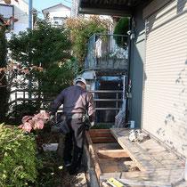 既存のウッドデッキを一部解体縮小して、建築工事の際に余ったタイルを貼る場所を作ります。