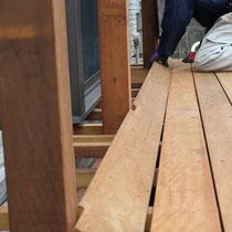 柱が多く、床板の納めも細部まで調整しながら施工します。