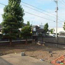 雑草処分、土を処分して砕石を転圧します。この後コンクリート打設します。