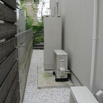 施工前、給湯器や室外機の隙間に物置を設置する計画です。