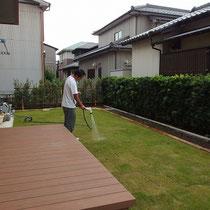 酷暑が落ち着いてからの芝貼り、根付くまでは水やりはたっぷりとお願いします。