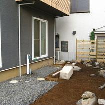 造園工事は大工さんのデッキ完成を待って一休み。チームワーク良い工程でした。