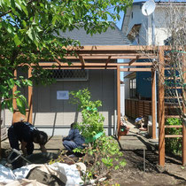 大工工事後、石畳の施工をします。雑草も生えずすっきりと心地よいテラスになります。