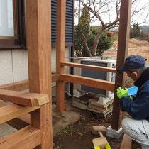 大工さんによる軸組在来工法。高さのあるウッドデッキですが、しっかりと頑丈に作ることが出来ました。