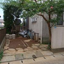 施工前、青石を埋め込んだ土のままの駐車場、大きなサルスベリの樹が印象的です。